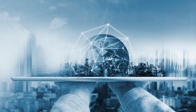 Remettez tenir le comprimé numérique avec la technologie globale de connexion réseau et les bâtiments modernes L'élément de cette photographie stock