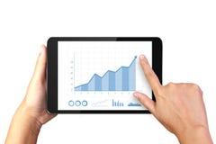 Remettez tenir le comprimé numérique avec le graphique de gestion sur l'affichage Photographie stock libre de droits