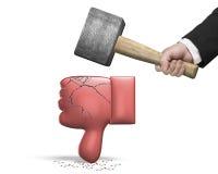 Remettez tenir le marteau frappant le pouce rouge vers le bas avec des fissures Images stock
