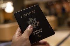 Remettez tenir le passeport avec le fond de bokeh, le jorney et le voyage c photo stock