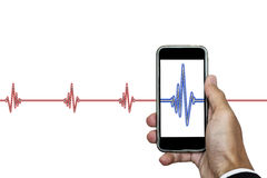 Remettez tenir le téléphone intelligent avec l'ekg de rythme de coeur, d'isolement sur le fond blanc photos libres de droits