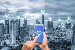 Remettez tenir le téléphone portable avec le réseau de connexion réseau de wifi Images libres de droits