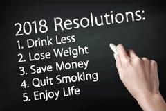 Remettez tenir une craie et écrire 2018 buts Image libre de droits