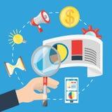 Remettez tenir une loupe et de différentes icônes du marketing numérique Photos stock