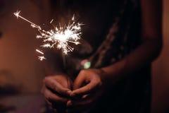Remettez tenir une lumière de Bengale brûlante de feu d'artifice de cierge magique L'espace pour Image stock