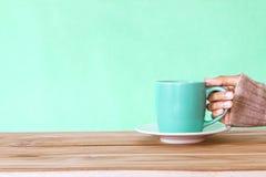 remettez tenir une tasse de tasse de café sur la table en bois, Romance et l'amour Images stock