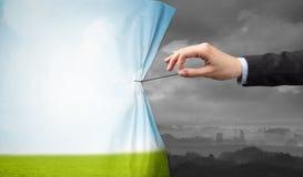 Remettez tirer le rideau vert en paysage au paysage gris photo libre de droits
