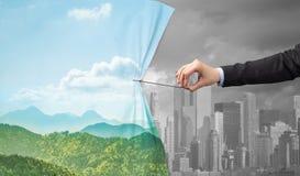 Remettez tirer le rideau vert en paysage urbain au paysage urbain gris image libre de droits