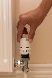 Remettez tourner le bouton de radiateur pour abaisser la chaleur et les économies sur la consommation Photographie stock libre de droits