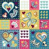 Remiendo colorido con los corazones y la mariposa Modelo inconsútil Imagenes de archivo