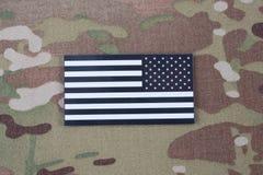 Remiendo de la bandera del EJÉRCITO DE LOS EE. UU. en el uniforme del camuflaje imágenes de archivo libres de regalías