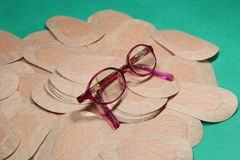 Remiendo ortóptico del ojo para la terapia de la obstrucción con los vidrios de los childImágenes de archivo libres de regalías