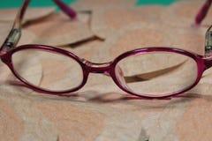 Remiendo ortóptico del ojo para la terapia de la obstrucción con los vidrios de los childImagen de archivo