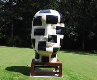 Remiendos blancos y negros Jun Kaneko Ceramic Art Exhibit en la galería de Dixon y jardines en Memphis, Tennessee imagenes de archivo