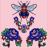 Remiendos de la tendencia del bordado con las rosas y la abeja libre illustration