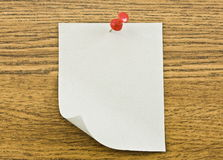 Reminder note. With red pin on wooden background Royalty Free Stock Images
