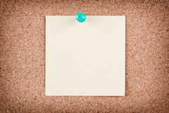Reminder sticky note on cork board Royalty Free Stock Photography