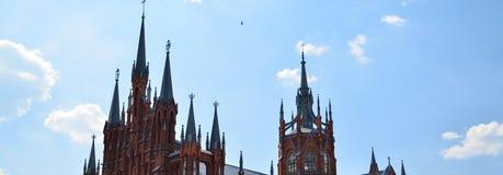 Reminds распятие Больший собор с высокими spiers стоковое изображение