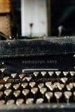 Remington Rand Typewriter en acier noir avec les clés enes ivoire - usine abandonnée photographie stock libre de droits