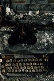 Remington Rand Typewriter en acier noir avec les clés enes ivoire - usine abandonnée images stock