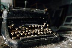 Remington Rand Typewriter en acier noir avec les clés enes ivoire - usine abandonnée photos libres de droits