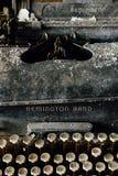 Remington Rand Typewriter en acier noir avec les clés enes ivoire - usine abandonnée image libre de droits