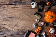 Remise femelle de ventes de cosmétiques à l'arrière-plan de festival de Halloween photos stock