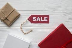 Remise sur des articles sur le fond en bois blanc avec le tad rouge Photo stock