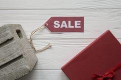 Remise sur des articles sur le fond en bois blanc avec le tad rouge Photo libre de droits