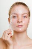 A remoção da mulher facial descasca fora a máscara foto de stock