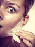 A remoção da mulher facial descasca fora o close up da máscara fotografia de stock