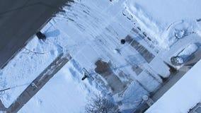 Remoção de neve da tempestade do inverno da entrada de automóveis com pá vídeos de arquivo