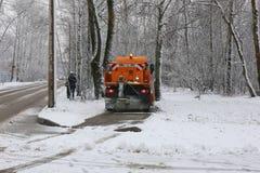 Remoção de neve do snowthrower das ruas imagem de stock