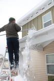 Remoção de neve do telhado imagem de stock