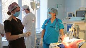 Remoção de um tumor maligno da glândula mamário A instalação de um implante de peito após a remoção de um tumor cancerígeno video estoque