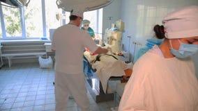 Remoção de um tumor maligno da glândula mamário A instalação de um implante de peito após a remoção de um tumor cancerígeno vídeos de arquivo