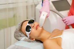 Remoção do cabelo do laser Cosmetologia do hardware fotografia de stock royalty free