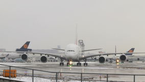 Remoção do gelo de espera de Airbus A380 vídeos de arquivo