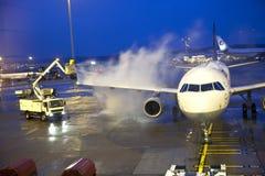 Remoção do gelo do plano de Lufthansa Fotografia de Stock