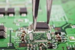 Remoção do microchip fotografia de stock royalty free