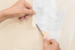 Remoção do papel de parede fotografia de stock