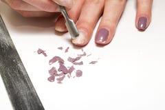Remoção do verniz para as unhas em um fundo branco natural foto de stock