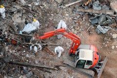 Remoção dos restos da demolição da construção Fotos de Stock