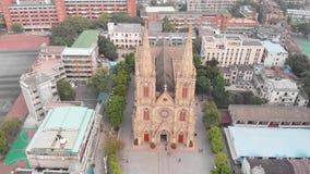 Remoção lisa de um zangão de uma catedral católica em Guangzhou, China Catedral sagrado do coração vídeos de arquivo