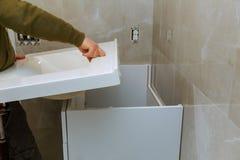 Remodellerend vernieuwing in badkamers met het installeren van tegenkraan stock afbeeldingen