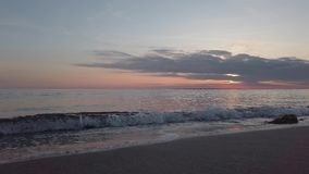 Remoinho do mar no por do sol visto da linha costeira com o céu cor pastel-colorido bonito vídeos de arquivo