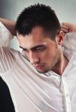 Remoje a los hombres hermosos jovenes mojados foto de archivo
