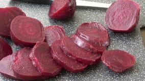 Remolacha de las remolachas tajada para la ensalada Ingrediente sano para cocinar Remolacha cocinada almacen de metraje de vídeo