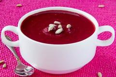 _remolacha poner crema sopa con germen Fotos de archivo libres de regalías
