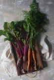Remolacha y zanahoria orgánicas frescas en la caja de madera, forma de vida sana, cosecha del otoño, verduras crudas, visión supe Foto de archivo libre de regalías